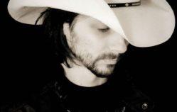 Adrian Tigen hace Country_Pop en Castellano